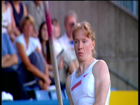crane up as svetlana feofanova fails vault at 490m knocking bar from perch women's pole vault 2004 crystal palace athletics grand prix london - sportlerin stock-videos und b-roll-filmmaterial