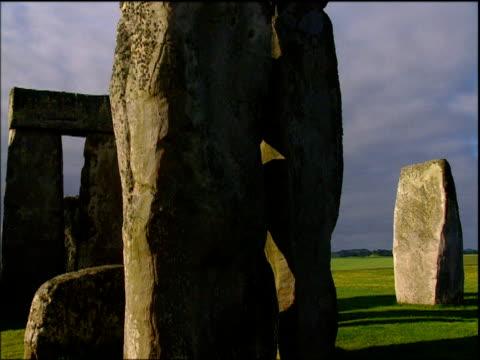 vídeos y material grabado en eventos de stock de crane up stones of stonehenge inner circle wiltshire - arquitrabe