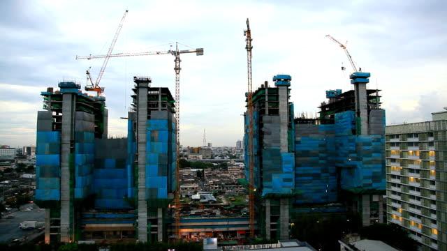 Grues de travail au grand chantier de Construction