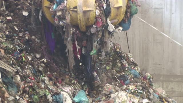 cu crane working in garbage drying plant / mertesdort, rhineland-palatinate, germany - 建設機械点の映像素材/bロール