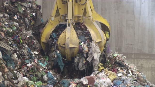 ms zo  crane working in garbage drying plant / mertesdort, rhineland-palatinate, germany - 建設機械点の映像素材/bロール