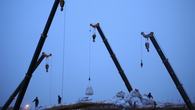 stockvideo's en b-roll-footage met crane working - kleine groep dingen