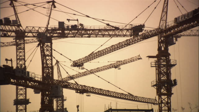 vídeos de stock, filmes e b-roll de ms, cranes against sky, beijing, china - imagem tonalizada