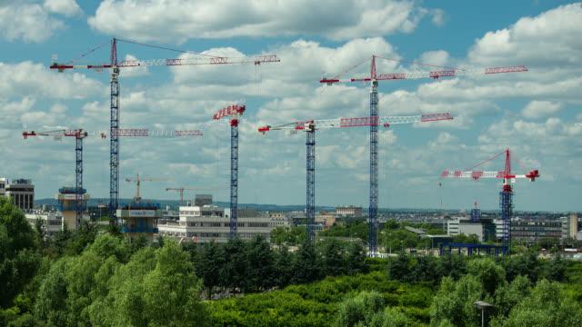 vídeos y material grabado en eventos de stock de t/l cranes in a paris, france construction site - solar de construcción