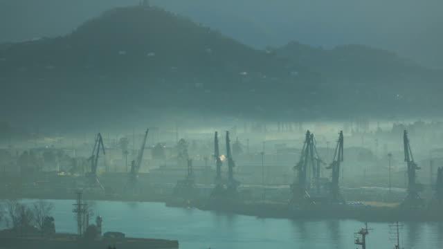vídeos y material grabado en eventos de stock de grúas en la ciudad de niebla puerto de batumi, georgia - georgia