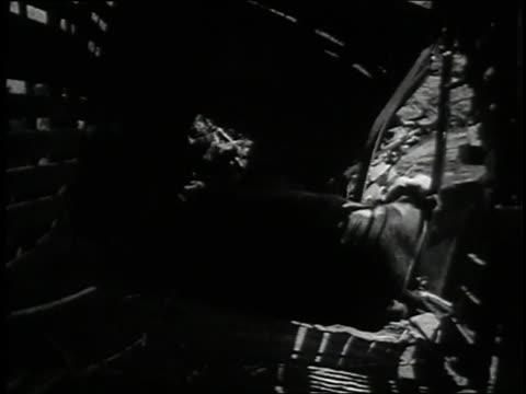 vidéos et rushes de cranes lift a steer from a train wreck. - accident domestique