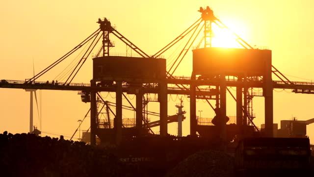 vídeos de stock, filmes e b-roll de cranes unloading coal - combustível fóssil