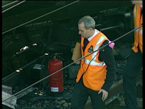 vídeos y material grabado en eventos de stock de crash investigators visiting crash site paddington train crash 05 oct 99 - artículo de emergencia
