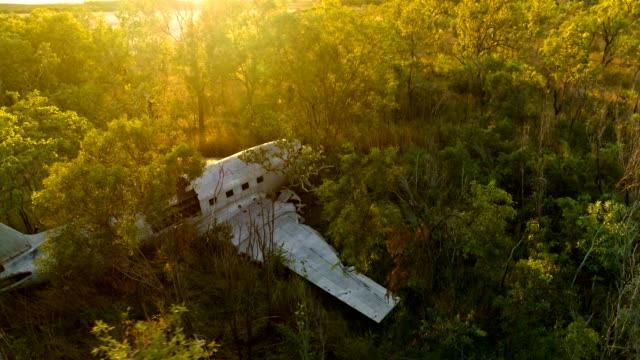 vídeos de stock e filmes b-roll de dc3 crash site in the kimberley, western australia - acidente de avião