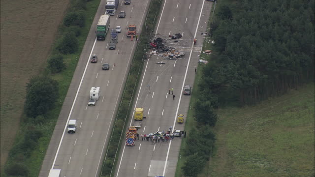 crash site on e45 north of hanover - unfall ereignis mit verkehrsmittel stock-videos und b-roll-filmmaterial