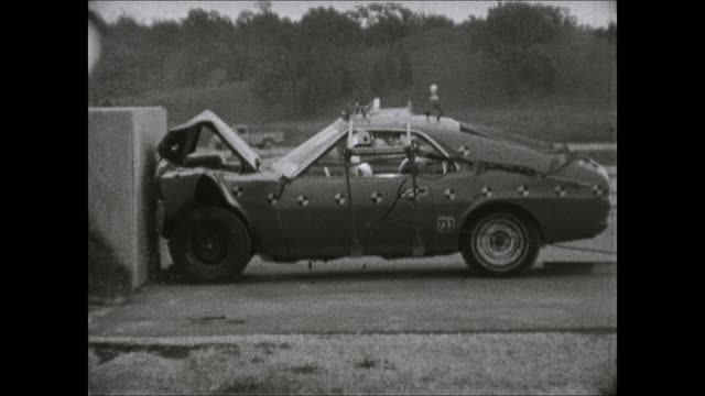 vídeos de stock, filmes e b-roll de 1969 amc amx crash test footage - 1 passenger - 1960 1969