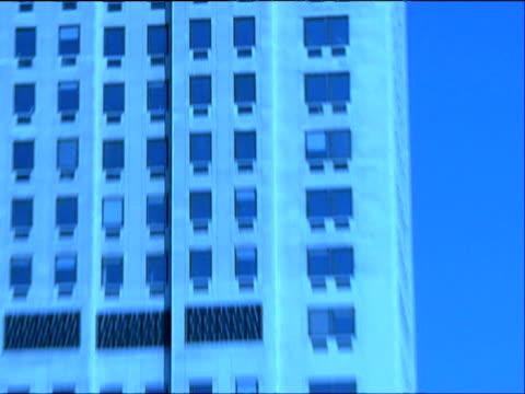 vídeos de stock, filmes e b-roll de crash zoom in on man in office building window - vestuário de trabalho formal