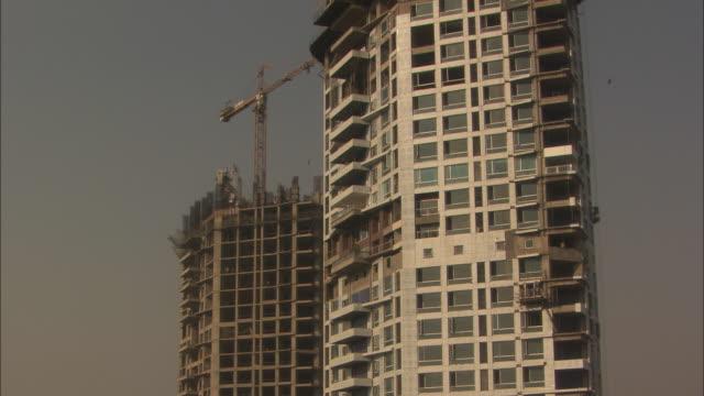 vídeos y material grabado en eventos de stock de crash zoom out from balcony of tall skyscraper. available in hd. - solar de construcción
