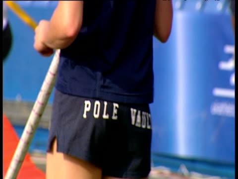 crash zoom yelena isinbayeva wearing pole vault shorts zoom out as she catches camera looking at her women's pole vault 2004 crystal palace athletics... - lanci e salti femminile video stock e b–roll