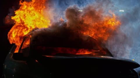 slo mo stürzte auto auf feuer in der nacht - 10 sekunden oder länger stock-videos und b-roll-filmmaterial
