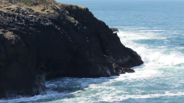 crashing tide at rock cliff (2) - oregons küste stock-videos und b-roll-filmmaterial