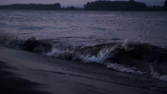 vídeos de stock e filmes b-roll de crashing wave rolling down riverbank. - rio willamete