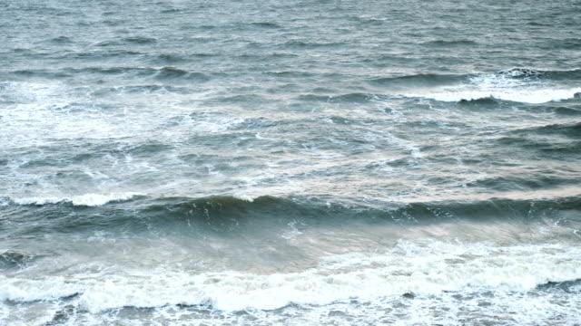 brechenden wellen. massen von sand, die von den wellen getragen. schönes wetter und perfektes licht. blick von der meer-küste. version 11 - ostsee stock-videos und b-roll-filmmaterial
