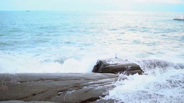 vídeos de stock e filmes b-roll de crashing waves with rocks. - pedra rocha