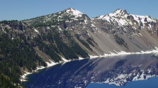 vídeos y material grabado en eventos de stock de wide pan crater lake and wizard island with snow-capped mountains - parque nacional crater lake