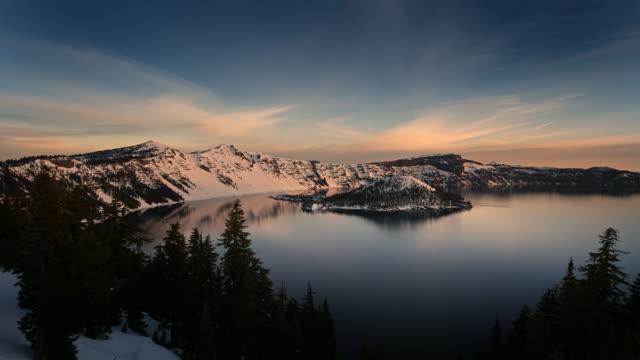 vídeos y material grabado en eventos de stock de crater lake at sunrise - parque nacional crater lake