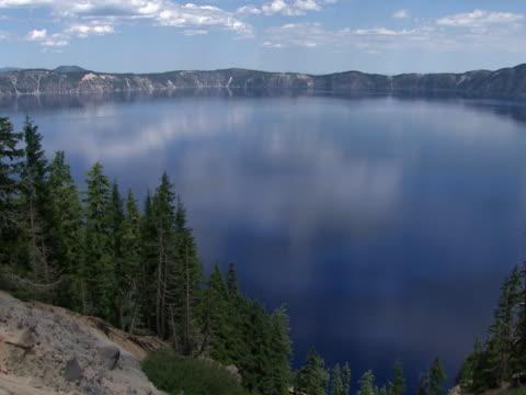 vídeos y material grabado en eventos de stock de crater lake: cloud reflections - monte mazama