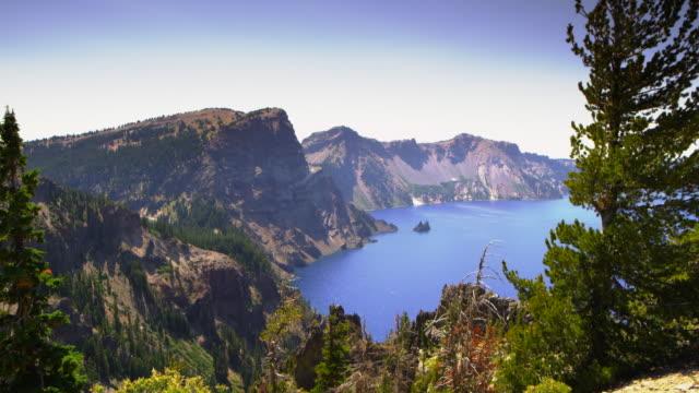 vídeos y material grabado en eventos de stock de crater lake medium looking west with trees - parque nacional crater lake