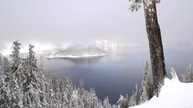 クレーターレイク国立公園で冬 - オレゴン州クレーター湖点の映像素材/bロール
