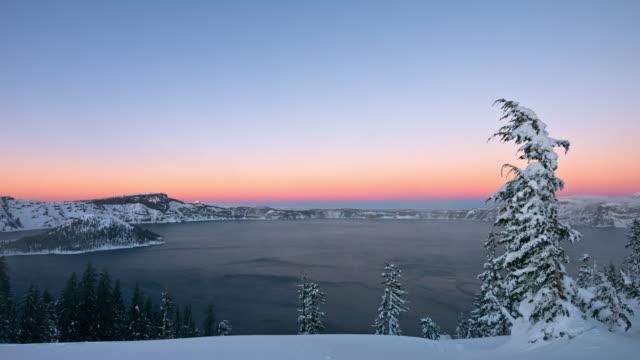 Nationaal Park Crater Lake met sneeuwstorm bij zonsondergang
