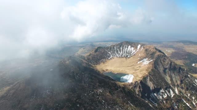 crater lake of baekrokdam summit on hallasan (highest mountain in south korea) in jeju island - kegel stock-videos und b-roll-filmmaterial