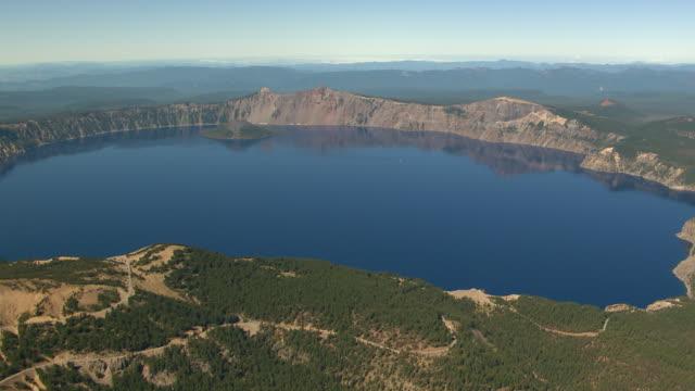 vídeos y material grabado en eventos de stock de ws aerial crater lake / oregon, united states - parque nacional crater lake