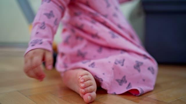 crawling baby-mädchen - ein weibliches baby allein stock-videos und b-roll-filmmaterial