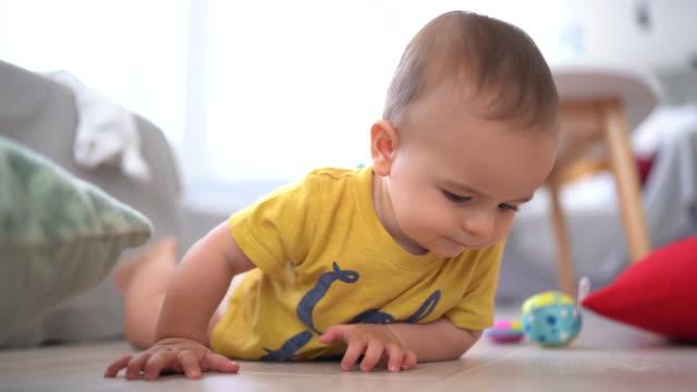 krypa med nyfikenhet - endast en pojkbaby bildbanksvideor och videomaterial från bakom kulisserna