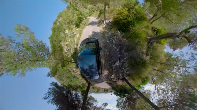 crazy little planet auto fahren am berg haarnadel dreht sich in der sierra de tramuntana auf mallorca balearen / spanien - 360 grad panorama stock-videos und b-roll-filmmaterial