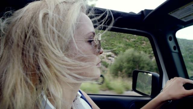 vídeos y material grabado en eventos de stock de viaje loco en un suv - vehículo de todo terreno