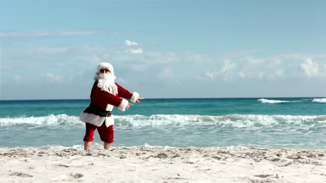 stockvideo's en b-roll-footage met crazy santa beach - humor