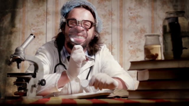 stockvideo's en b-roll-footage met crazy scientist - vergrootglas