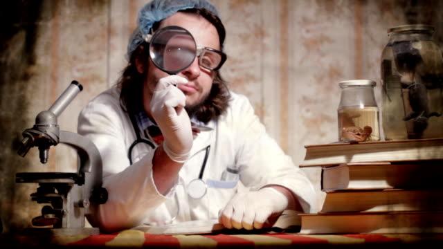 vídeos de stock, filmes e b-roll de cientista louca - personas
