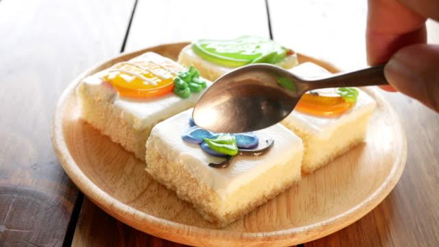 cream kuchen servieren und schneiden - keks stock-videos und b-roll-filmmaterial