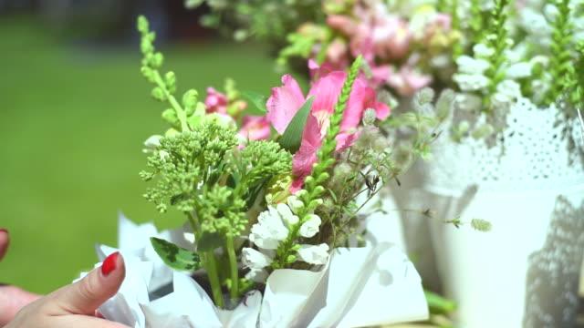 vidéos et rushes de créer un bouquet - fleuriste