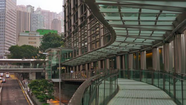 vidéos et rushes de architecture créative, quartier d'affaires, pont, circulation. - central district de hong kong