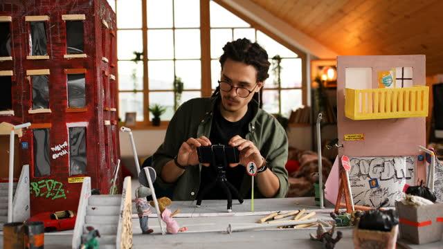 vídeos de stock, filmes e b-roll de artista criativo em seu ateliê oficina de escultura - preparação