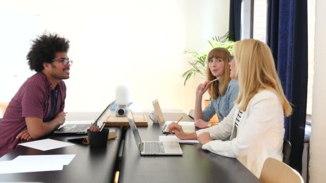 Création d'entreprise gens discutent au comptoir