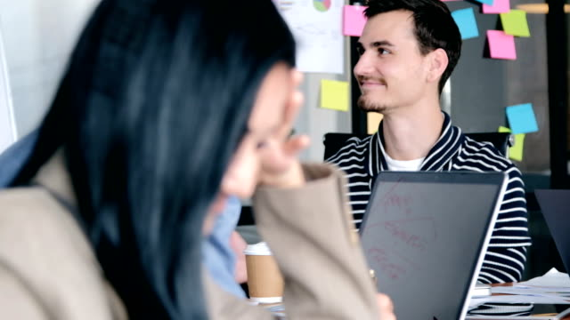 vídeos y material grabado en eventos de stock de reunión del equipo creativo de cristal moderna oficina multi etnia de personas que trabajan en el proyecto de trabajo en equipo combinado - compromiso de los empleados
