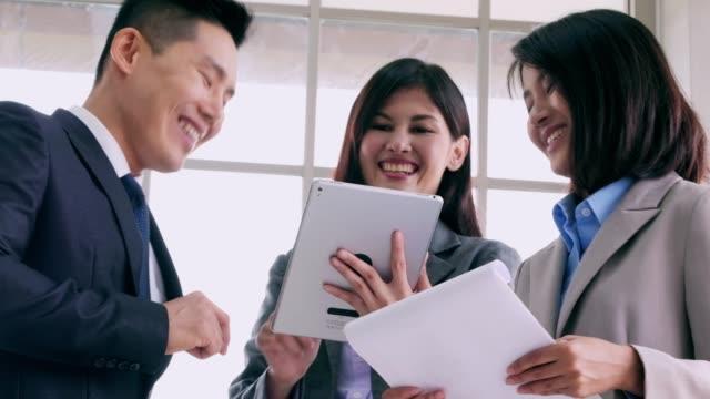 Creatieve team zakenvergadering in moderne kantoor. Gemengd ras groep jongeren start-up ideeën bespreken