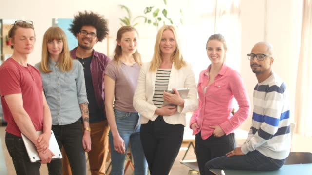 Creative Business-Team står tillsammans i Office