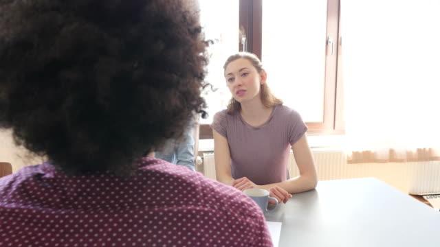 Kreative Unternehmerinnen mit Kollegen diskutieren