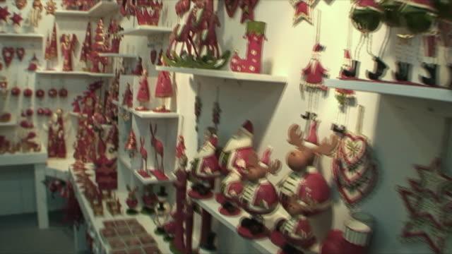 vídeos de stock, filmes e b-roll de ms pan creative christmas ornaments in store, guangzhou, china - animal de brinquedo