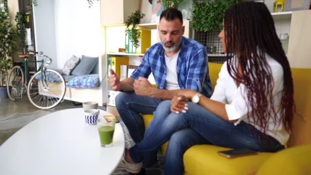 vidéos et rushes de collègues créatifs discutant au sujet du travail - faire une pause