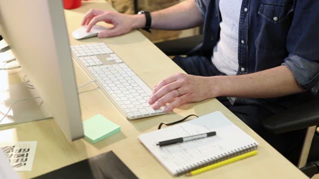vídeos y material grabado en eventos de stock de creative escritorio con teclado - estudio de diseño